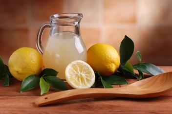 Il dottor Mozzi consiglia tutte le mattine, appena alzati, acqua e limone
