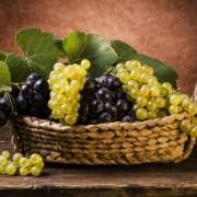 cestino di uva bianca e nera