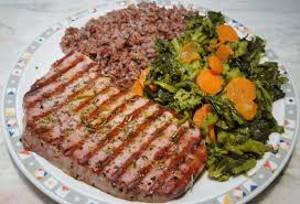 Piatto con tonno e verdure.